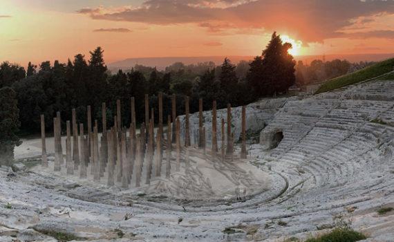 Gli abeti sradicati del Friuli diventano scenografia per Le Troiane di Euripide