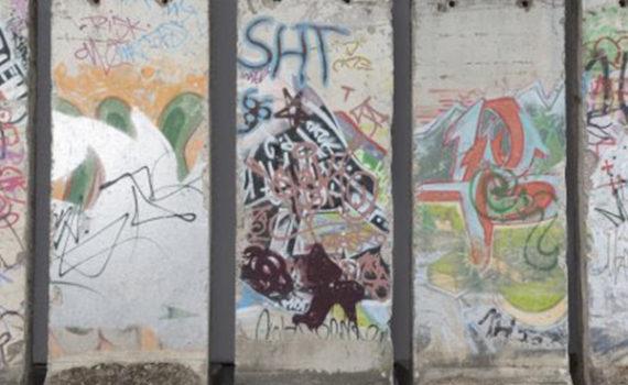 Dal Muro di Berlino cinque gesti di pace: asta di beneficienza a 30 anni dalla caduta