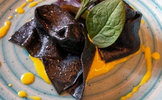 La ricetta del mese: Tortelloni al nero di seppia ripieni al branzino con salsa allo zafferano