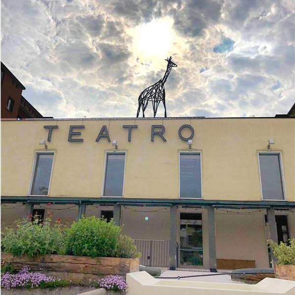 Il Teatro Franco Parenti riapre con una giraffa sul tetto