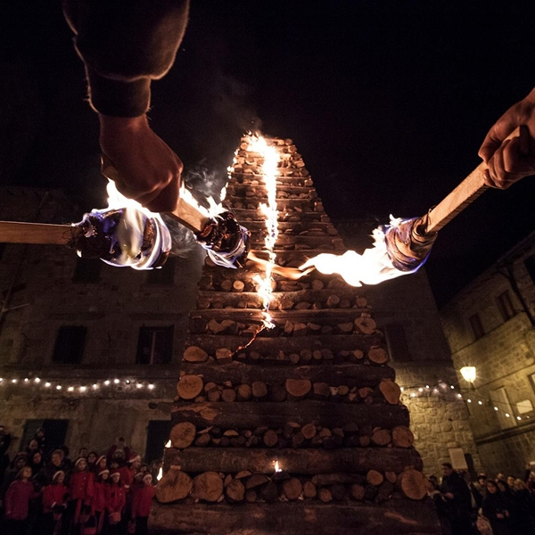 Una storia scritta con il fuoco: le Fiaccole di Abbadia San Salvatore in un libro e in un film